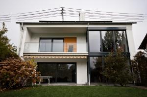 Große Fensterfassade in Einfamilienhaus.