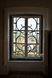 Fenster in einem Kirchturm.